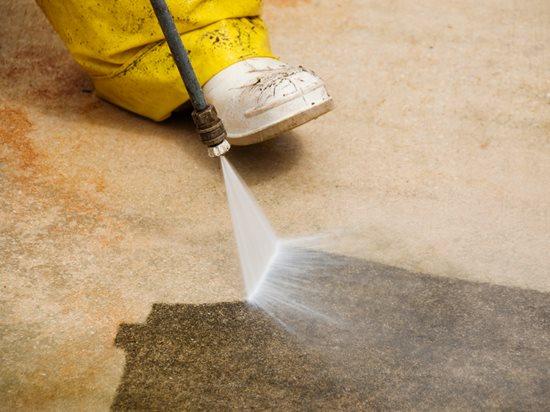 Xịt bề mặt bằng cách sử dụng hóa chất OG-Cleaner100 đã pha với nước