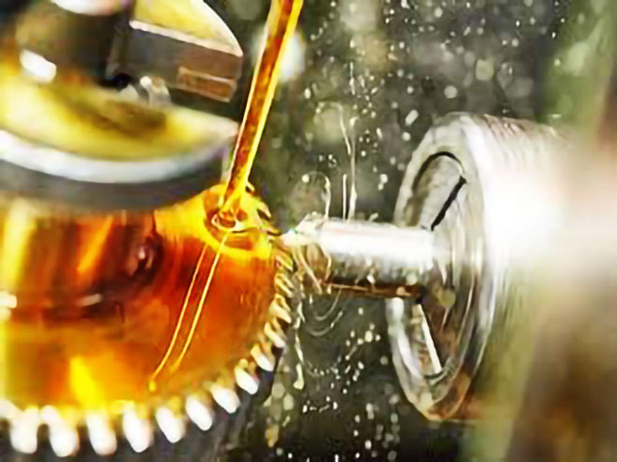 Sử dụng dầu mỡ trong máy móc công nghiệp sau một thời gian sẽ hình thành các mảng bám