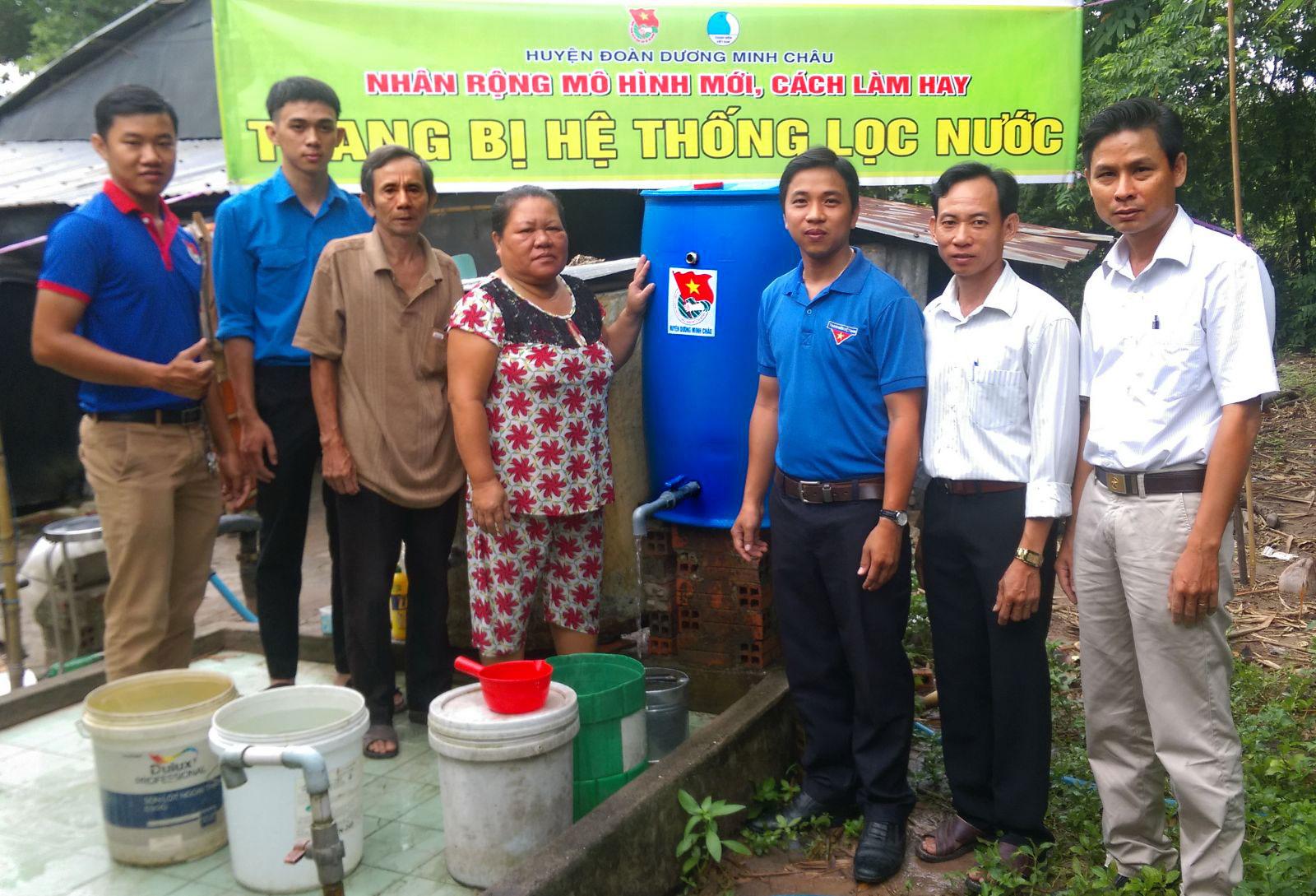 Đoàn thanh niên hỗ trợ xử lý nước sạch cho dân nghèo