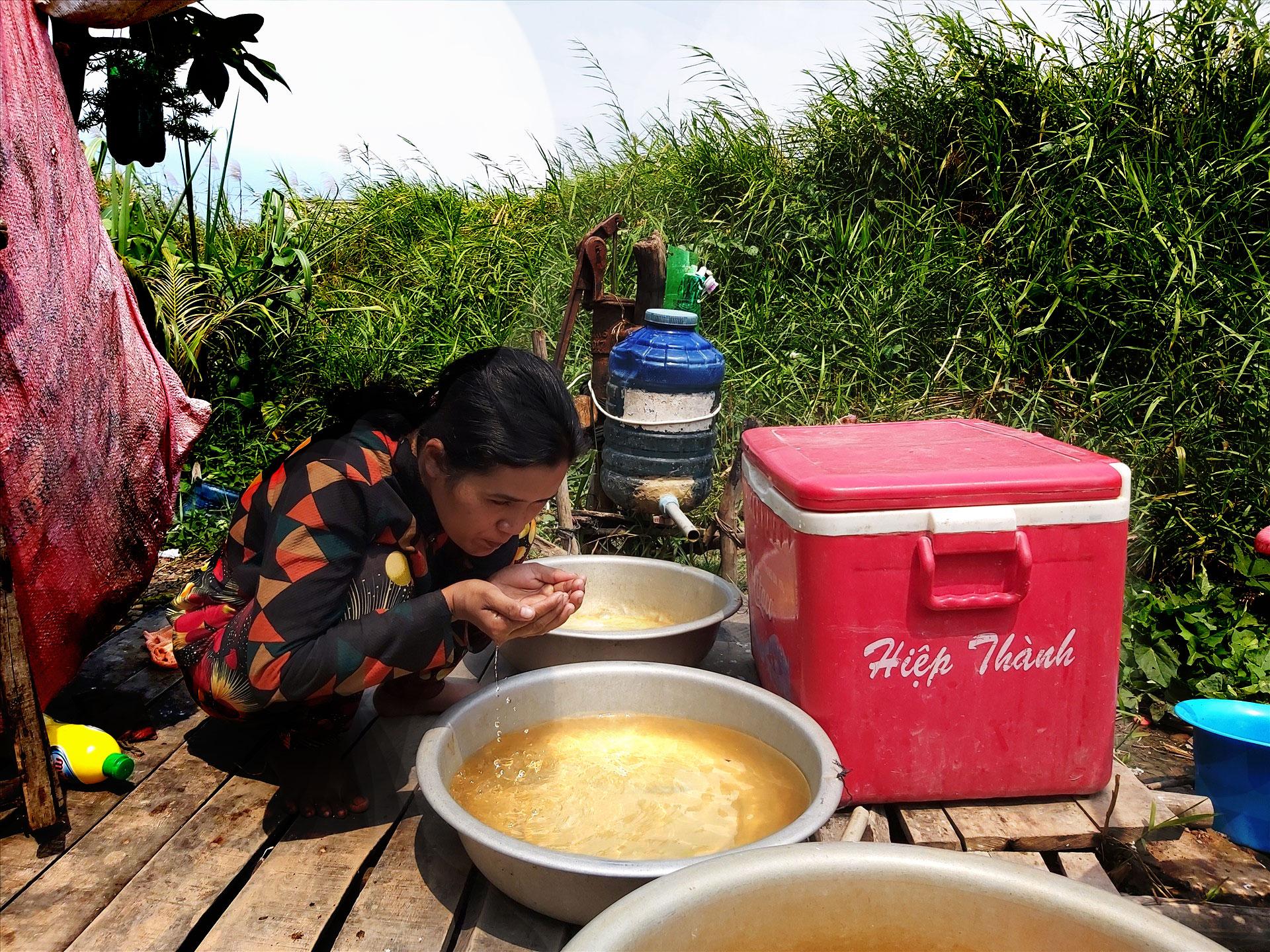 Đất, nước bị nhiễm mặn gây khó khăn cho sinh hoạt, trồng trọt (ảnh 1)